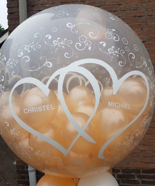 Grote ballon gevuld met mini ballonnen