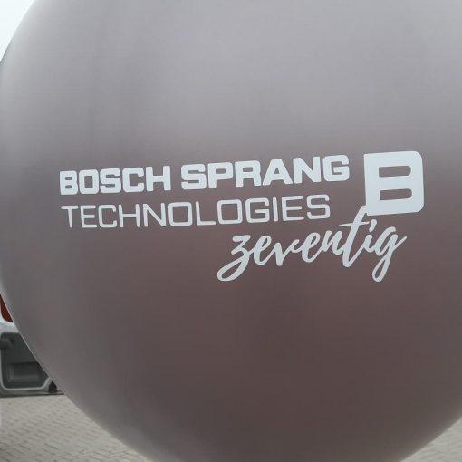 grote zwevende ballon met logo